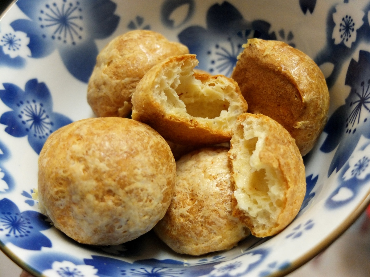 Cumin and cayenne pepper goug res cheese choux puffs for Homemade aperitif recipes