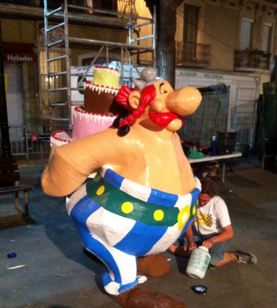 Obelix and a cake in la plaça de la vila