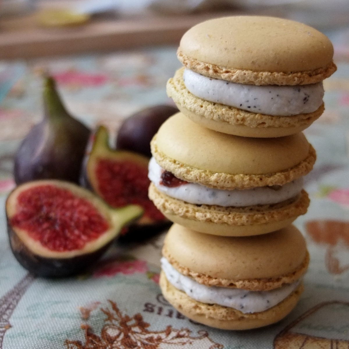 Savoury goats' cheese macarons with fig, walnut and black sesame!
