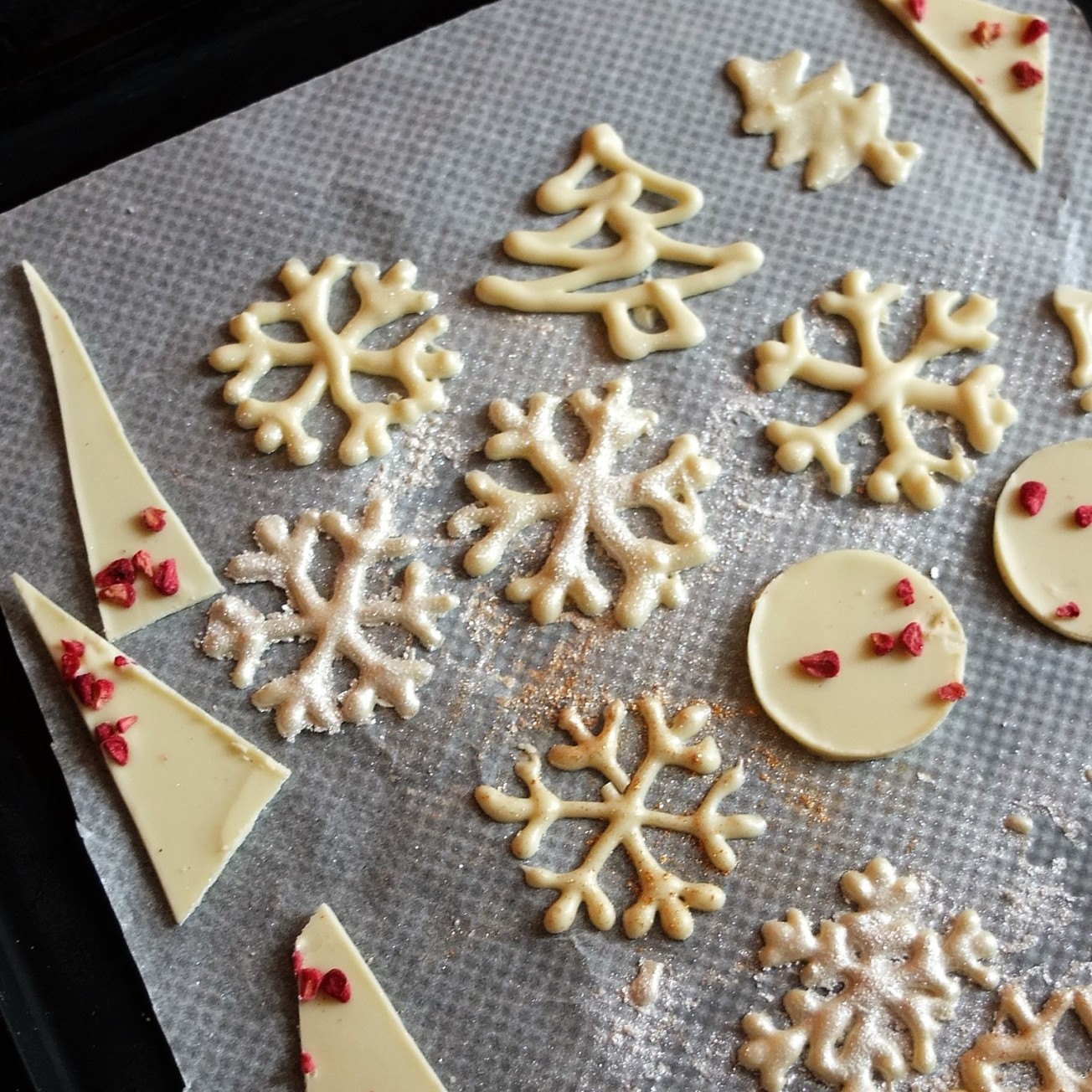 How to make sparkly chocolate snowflakes! And other shapes ...