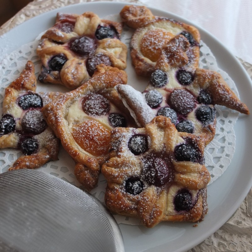 Fruit puff pastries with Quark and maple syrup