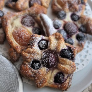 Fruit puff pastries with spelt puff, quark and maple syrup