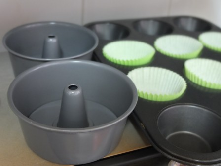Mini chiffon tube moulds and cupcake liners in tin