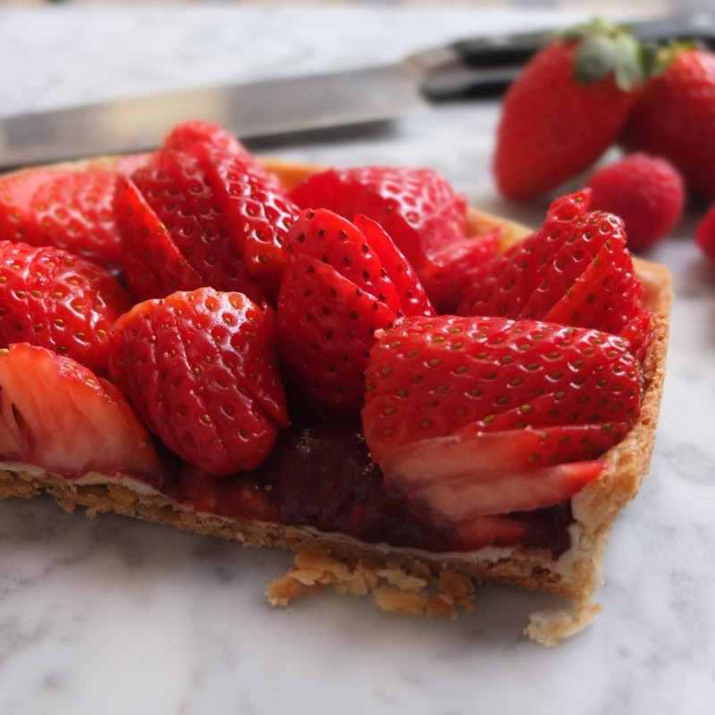 Strawberry tart with vegan blackcurrant curd