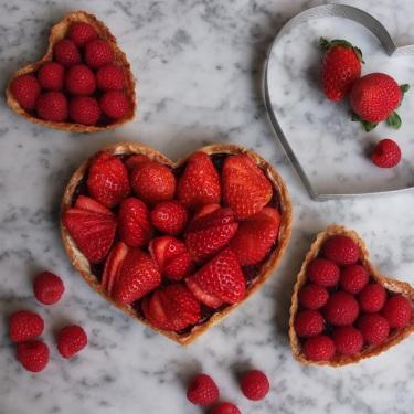 Healthier strawberry tart with vegan blackcurrant curd
