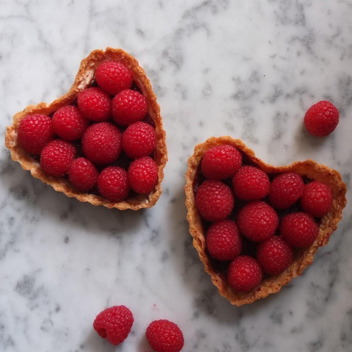 Healthier raspberry tart with vegan blackcurrant curd