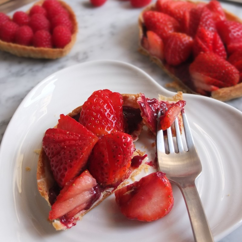 Healthier strawberry tart with vegan blackcurrant curd