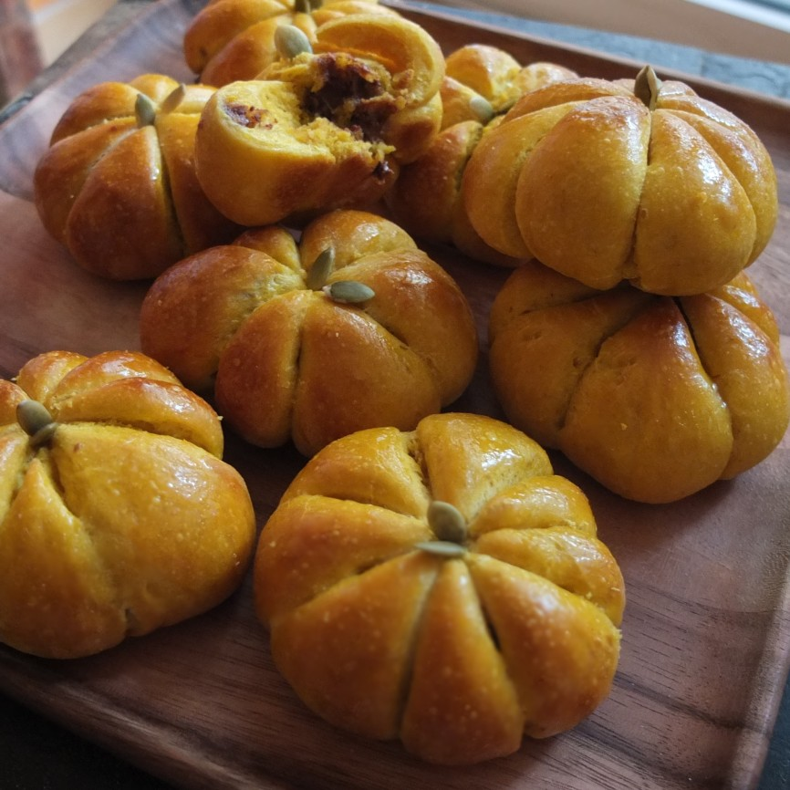 Pumpkin and chocolate sourdough buns